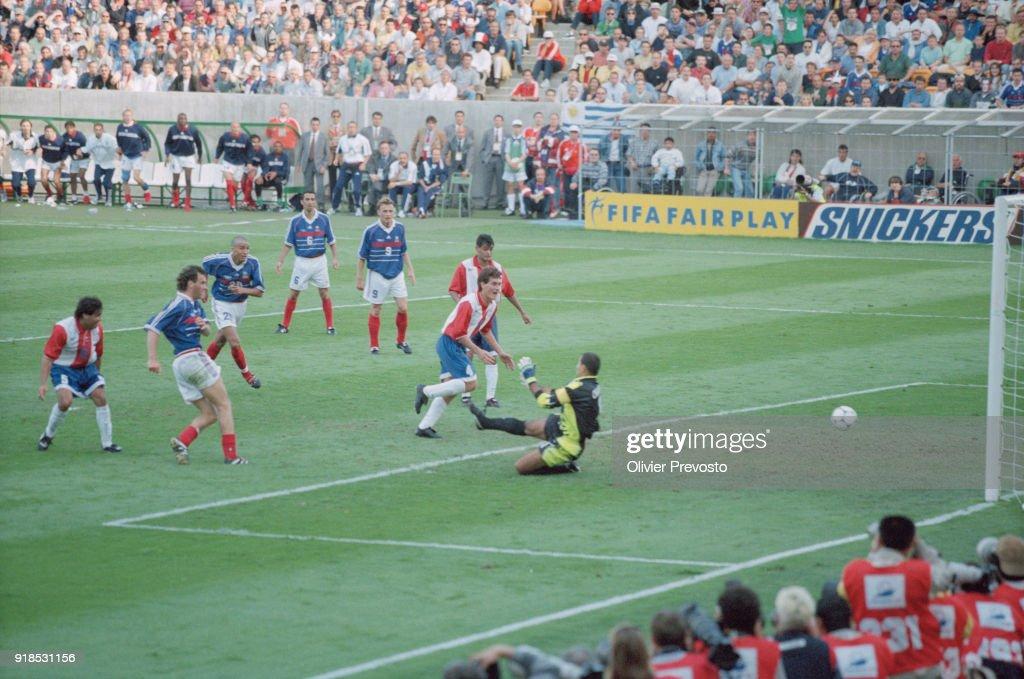 Soccer - 1998 World Cup - France Vs Paraguay : Photo d'actualité