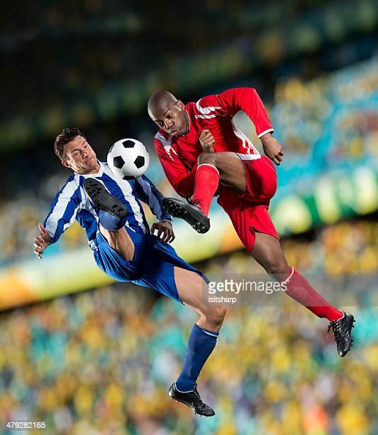 fußball-action - sportlicher zweikampf stock-fotos und bilder