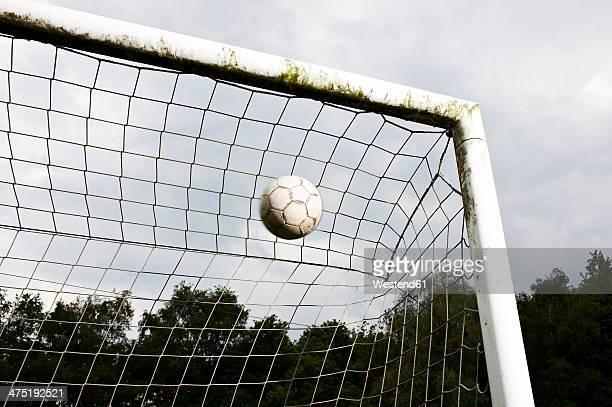 soccer ball in goal - tor schießen stock-fotos und bilder