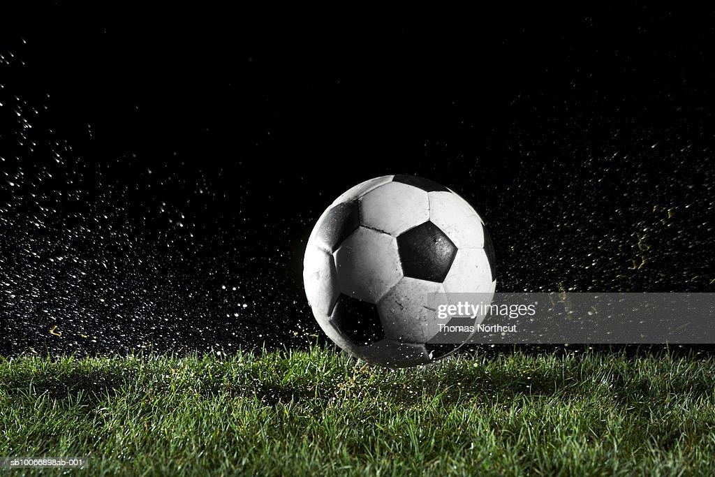 Bola de futebol em movimento sobre grama : Foto de stock