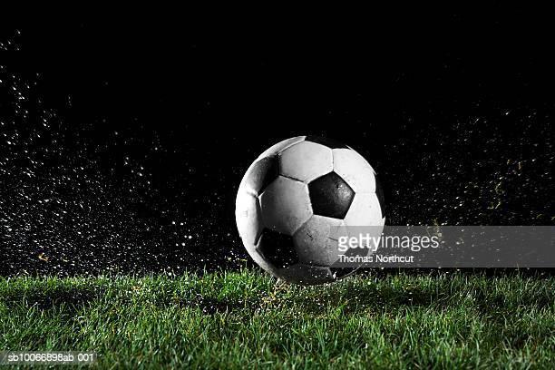 pelota de fútbol en movimiento sobre hierba - fútbol fotografías e imágenes de stock
