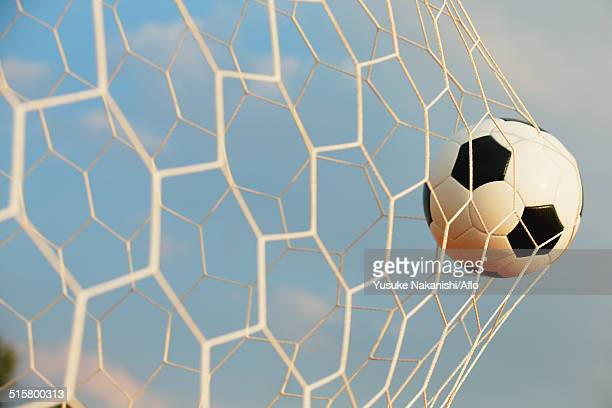 soccer ball in the net - tirare in rete foto e immagini stock