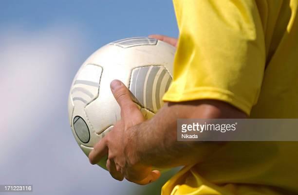 pelota de fútbol - camiseta deportiva fotografías e imágenes de stock