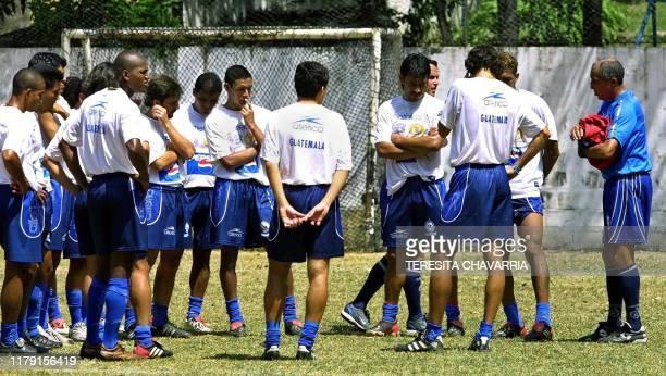 Soccer coach Julio César Cortéz speaks with his team durring training in Panama City 22 February 2003. El técnico uruguayo Julio César Cortéz da...