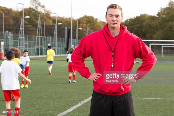 Entrenador de fútbol en el campo