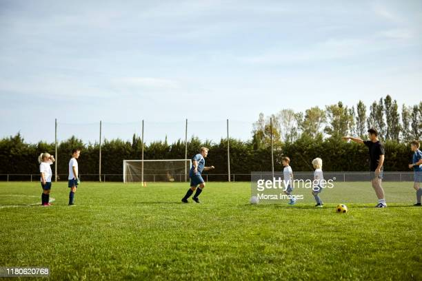 サッカーコーチ養成チーム - 練習場 ストックフォトと画像