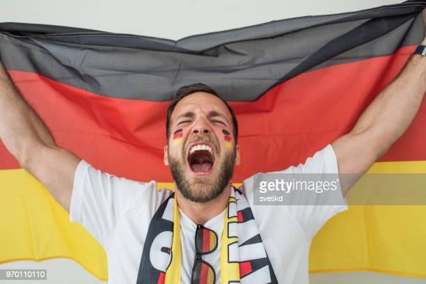 fußball-fan-jubel für nationalmannschaft beim spiel - internationale fußballveranstaltung stock-fotos und bilder