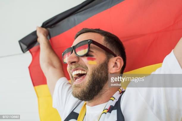 fußball-fan-jubel für nationalmannschaft beim spiel - meisterschaft stock-fotos und bilder