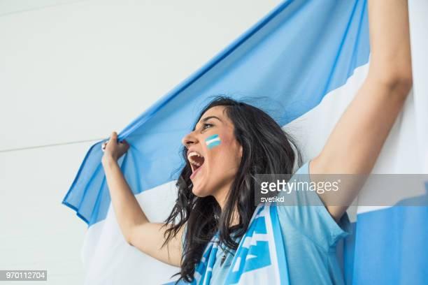 Fotboll fläkt hejar för landslag på spelet