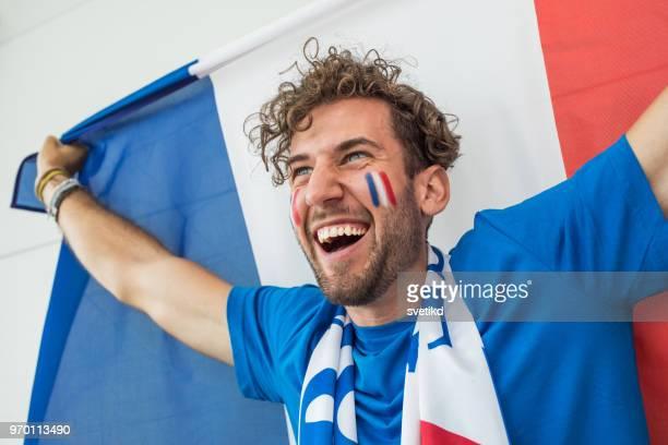 fan de football encourageant pour l'équipe nationale lors du match - fan photos et images de collection