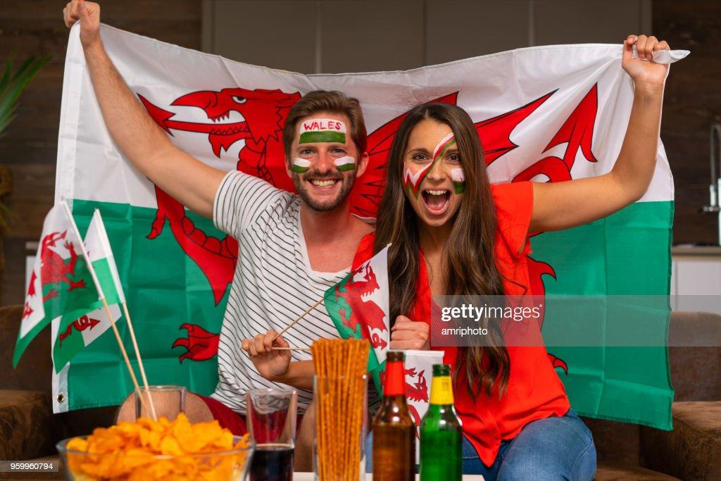 Fußball Fan paar Jubel für wales : Stock-Foto
