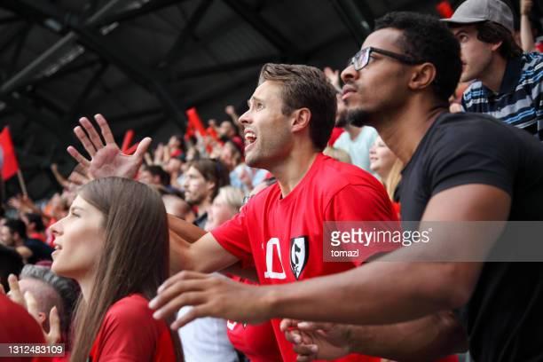 fan de football déçu après un but - événement sportif photos et images de collection