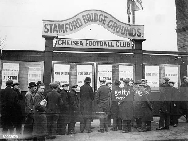Soccer fans are waiting fot the soccermatch Austria vs England at the Stamford Bridge Photograph England London 12 1932 [Fuballfans warten auf das...
