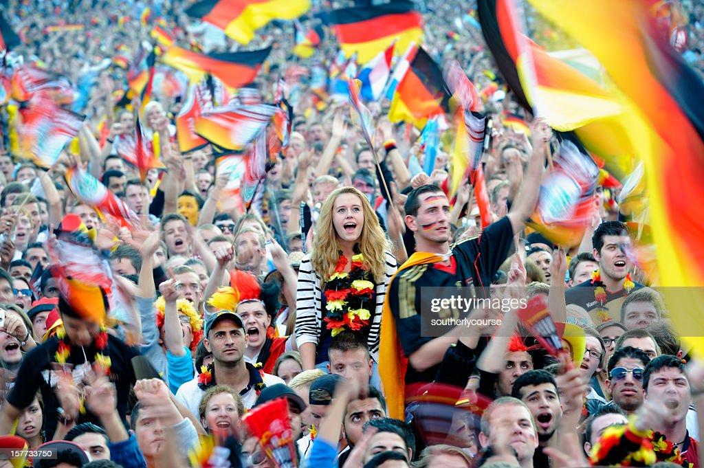 Fußball-Fans Im für Besucher zugänglichen Bereich Brandenburger Tor : Stock-Foto