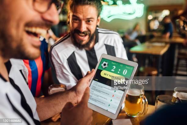 サッカーファンの歓声とベッティングの結果に従う - スポーツ・ベッティング ストックフォトと画像