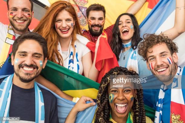 fußball-fans jubeln für nationalmannschaften bei world cup championship - weltmeisterschaft stock-fotos und bilder
