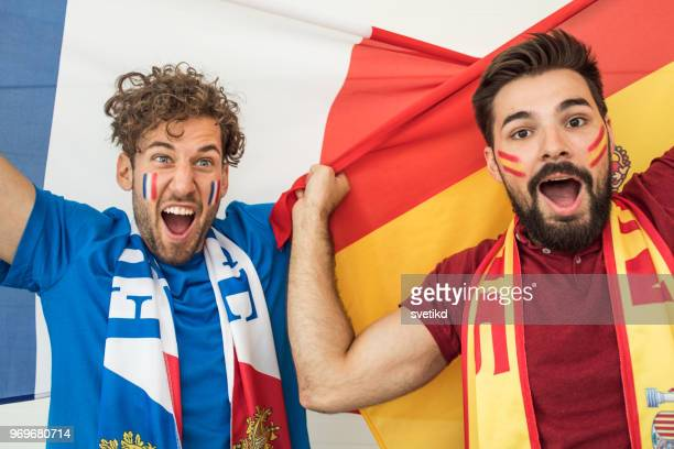 amateurs de soccer encourageant pour les équipes nationales au championnat du monde - french football photos et images de collection