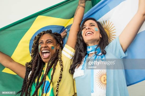 fãs de futebol torcendo para as selecções nacionais no campeonato de copa do mundo - argentina - fotografias e filmes do acervo