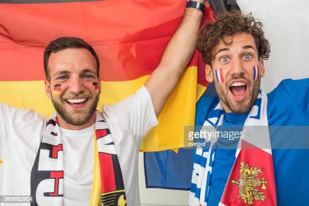 gli appassionati di calcio tifano per le nazionali ai mondiali - rivalità foto e immagini stock
