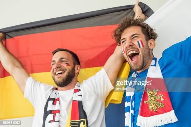 voetbalfans juichen voor nationale teams tijdens world cup championship - rivaliteit stockfoto's en -beelden
