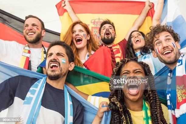 fußball-fans jubeln für nationalmannschaften - weltmeisterschaft stock-fotos und bilder