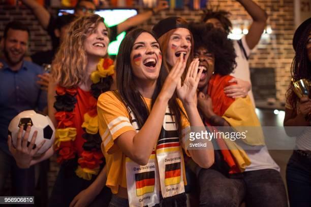 fußball-fans jubeln - weltmeisterschaft stock-fotos und bilder