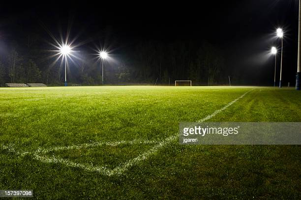 soccer field at night - voetbalveld stockfoto's en -beelden