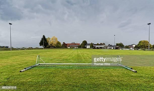 soccer field - fußballplatz stock-fotos und bilder