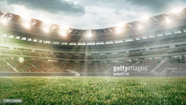 fußballplatz mit beleuchtung, grünem gras und bewölktem himmel, hintergrund für design oder werbung - stadion stock-fotos und bilder