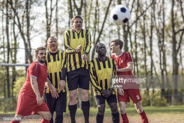 voetbal vrije trap - vrije trap stockfoto's en -beelden