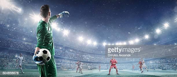 jogo de futebol momento com goleiro - chutar - fotografias e filmes do acervo
