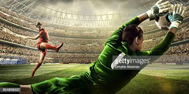 jogo momento com guarda-redes de futebol - atirar à baliza imagens e fotografias de stock