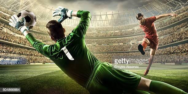 moment avec gardien de but de football - shooting at goal photos et images de collection