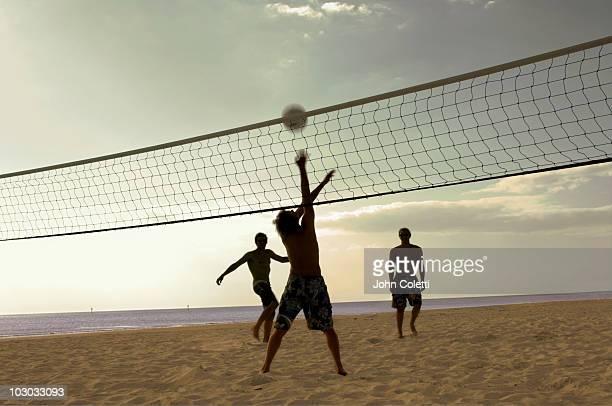 soccer game on beach - strandvolleyball spielerin stock-fotos und bilder