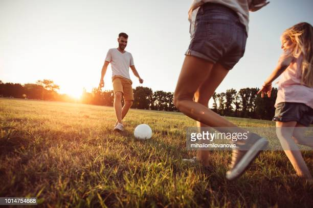 juego de futbol con los padres - mama futbol fotografías e imágenes de stock