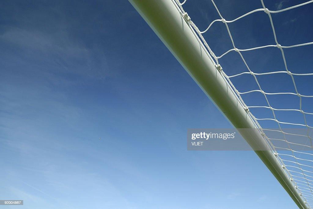 サッカーの目標のクロスバー、ブルースカイ : ストックフォト