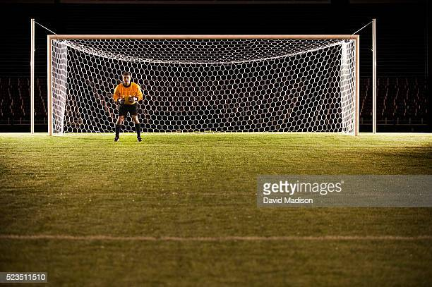 soccer goalie anticipating ball - marquer un but photos et images de collection