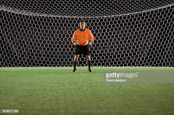 soccer goalie ready to block soccer ball - torhüter stock-fotos und bilder