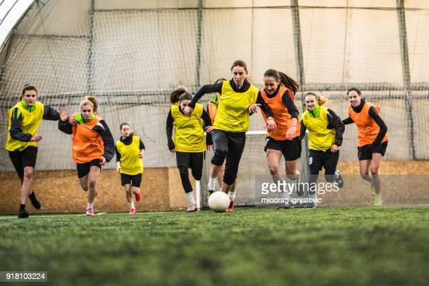 voetbal in bloed - voetbalteam stockfoto's en -beelden