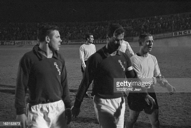 Soccer Match Between The Teams Of The Red Army And Reims En France au stade de Reims en décembre 1962 l'équipe de football de l'Armée Rouge rencontre...