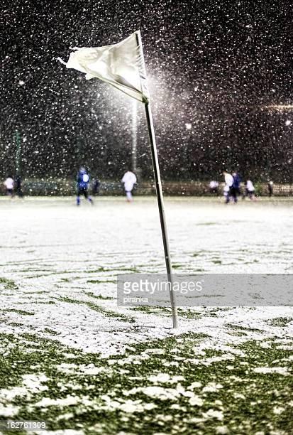 partita di calcio durante la tempesta di neve - tempo turno sportivo foto e immagini stock