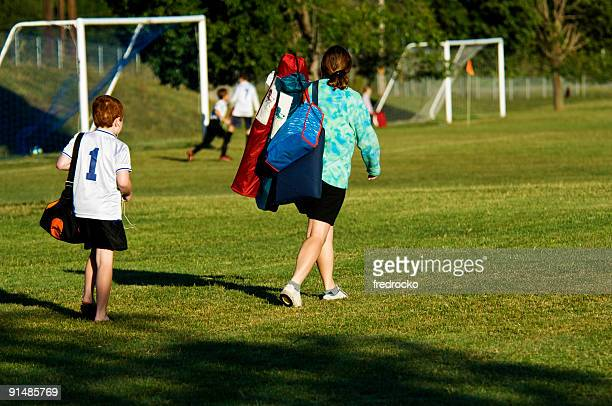 Mãe Fã de Futebol com filho andar ao jogo de futebol