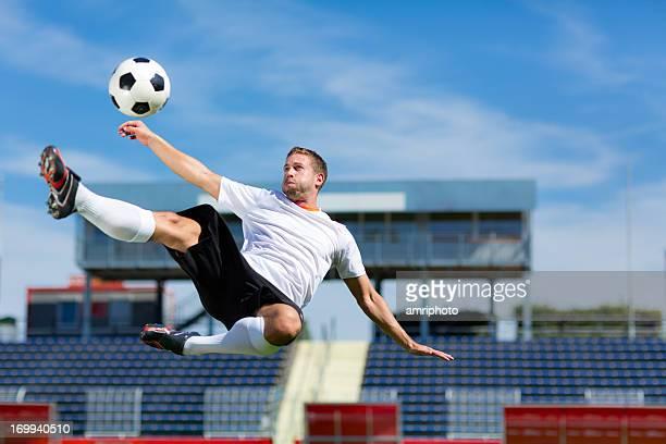 jogador de futebol chute de bicicleta - chutar ao gol - fotografias e filmes do acervo