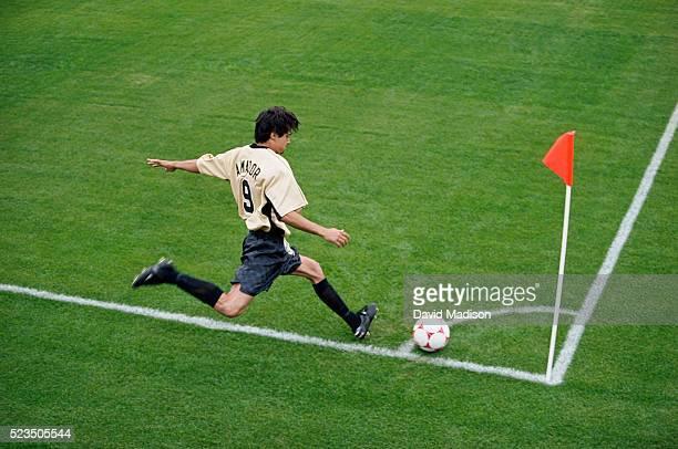 soccer player corner kicking - chute de escanteio - fotografias e filmes do acervo