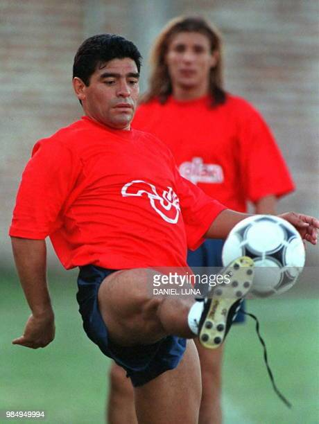 Soccer player Diego Maradona plays with the ball 15 January in Bueno Aires under the gaze of his team mate Claudio Caniggia El futbolista Diego...