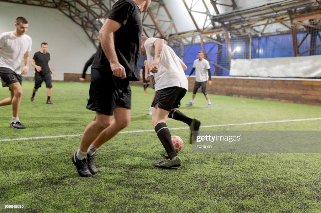 Fußball-Spieler Ball vorbei an gegnerische Spieler dribbeln : Stock-Foto