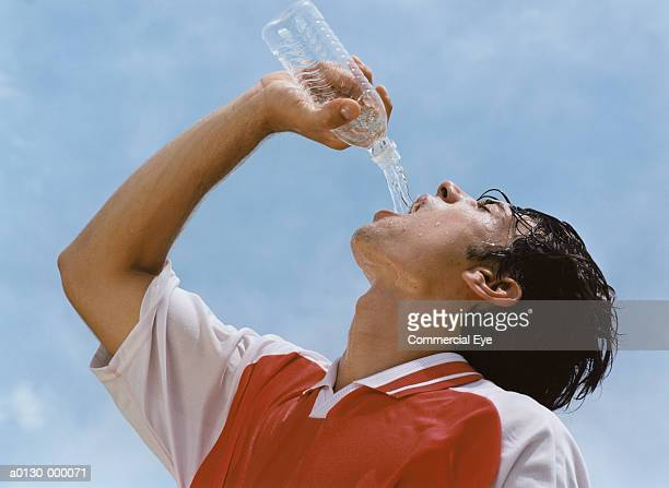 soccer player drinking water - rafraîchissement photos et images de collection