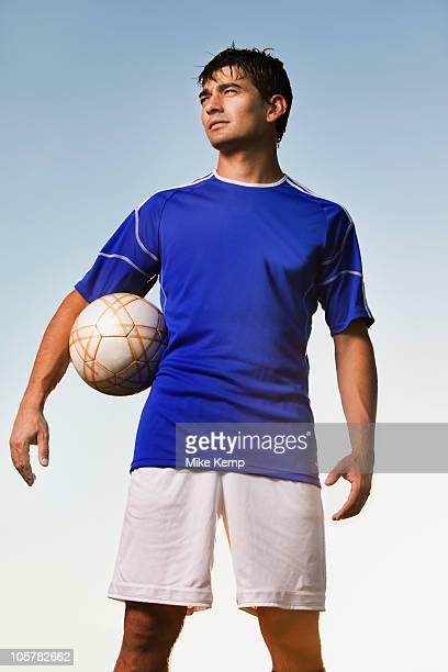 soccer player holding ball - tenue de football photos et images de collection