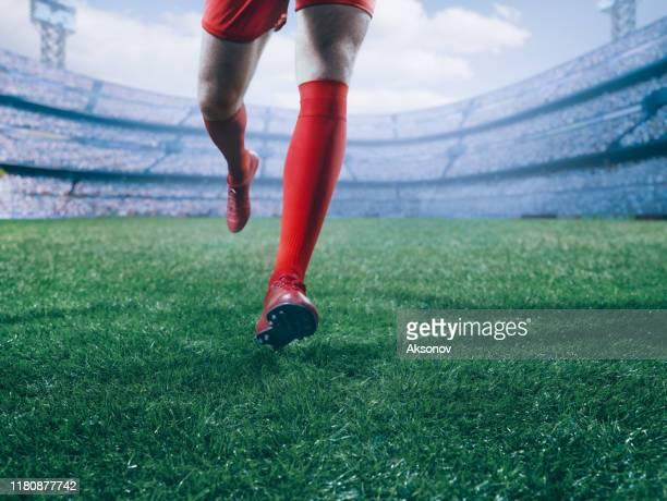 joueur de football dans l'action - football international photos et images de collection