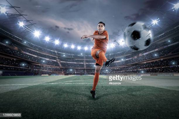 jogador de futebol em ação - futebol internacional - fotografias e filmes do acervo